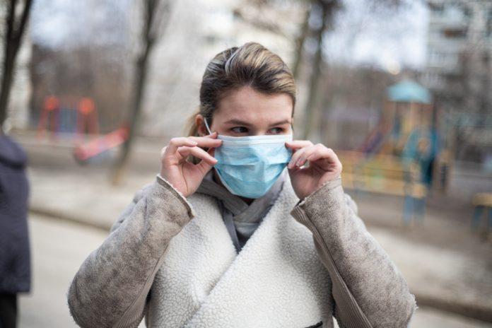 Coronavirus donna con mascherina